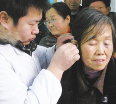 【图文】300多名失聪者喜装助听器