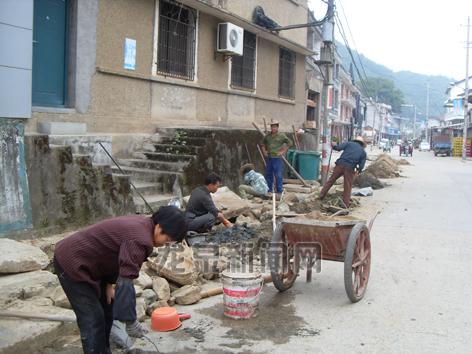 下锦村组织开展下水道清淤工作