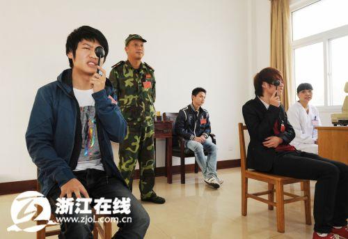浙江冬季征兵首日近万适龄青年体检 儿子当兵帮老爸圆梦