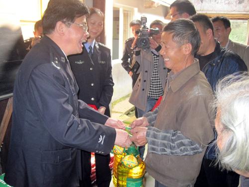 绍兴市公安局王海仁局长来下王镇慰问困难群众