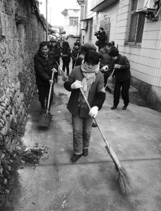 ... ,孝丰镇举行了千人卫生大扫除。图为大扫除场景