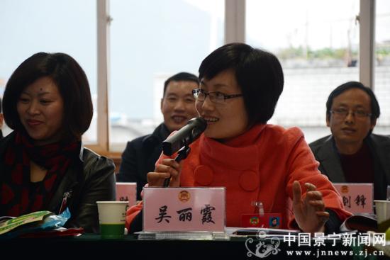 县政协八届一次会议举行分组讨论