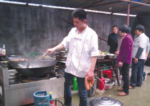 上虞/乡村土厨师在炒菜。