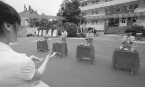 """金虎/图为育星培智学校的学生表演精彩的文艺节目,庆祝""""六一""""儿童..."""