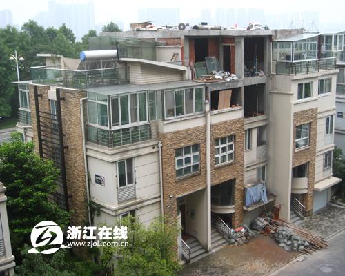 强行在别墅顶层加盖一层,让原本三层的楼房成了四层.图片