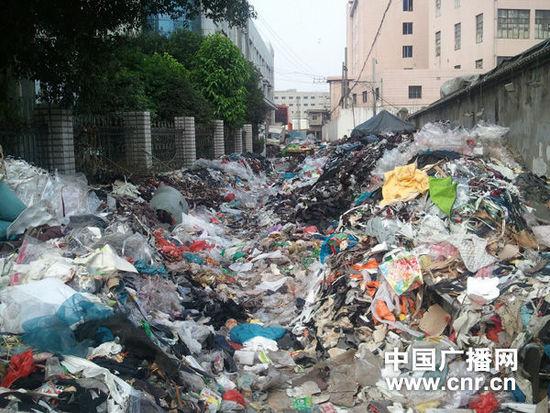 温州多个垃圾站严重超载 城区道路垃圾堆成山图片