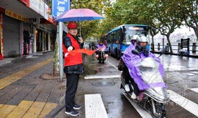 雨中志愿者,宣导一丝不苟