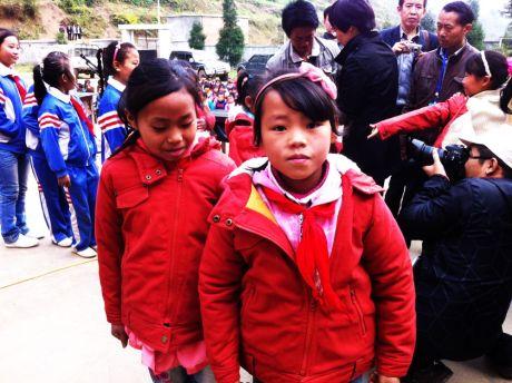学生穿上捐赠的冬衣