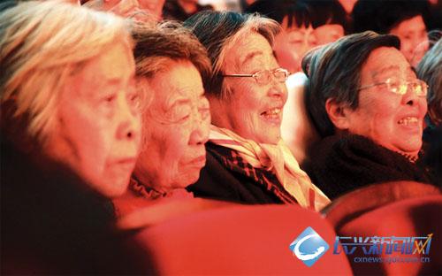 昨日下午一点半,文化馆小剧院座无虚席,人声鼎沸,白发苍苍却
