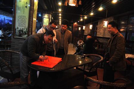 中国散文学会副会长王彬(左一)当场赋诗