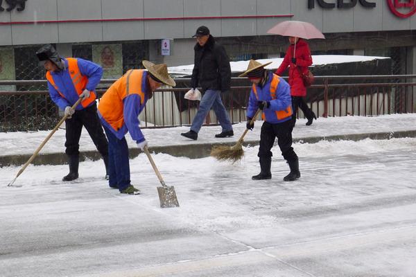 环卫工人在扫雪-140多名环卫职工奋战在冰雪一线图片