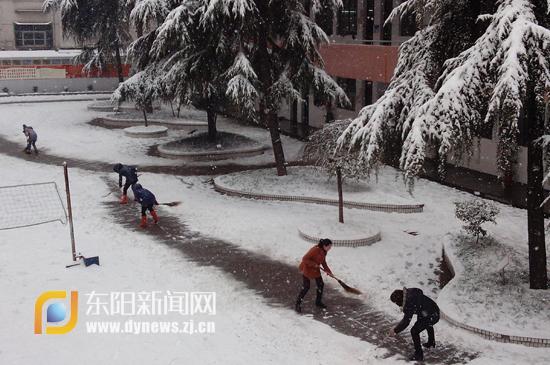 师生齐扫雪 保校园安全图片