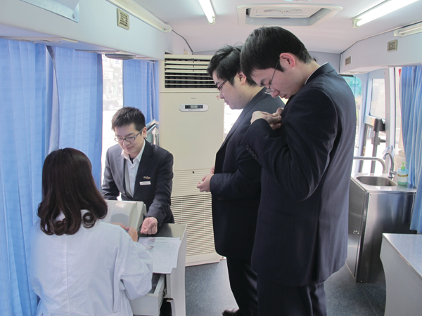 浦发银行嵊州支行员工参加无偿献血活动