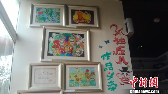 山西/北大夫妻山西开店设孤独症儿童画义卖角。张云摄