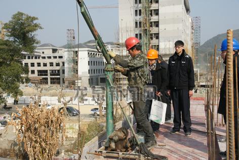 """市建设局组织人员严厉打击使用""""三角吊""""的违法施工行为"""