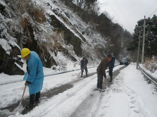 谢家庄村民合力清除路面积雪图片