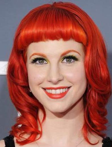 橘红色头�_橘红色的拱形眉和红色的头发相互呼应,形成了一股红色旋风,席卷来一