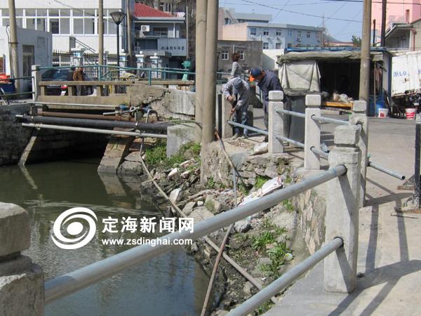 海狮路河边护栏被撞 市政部门及时修复