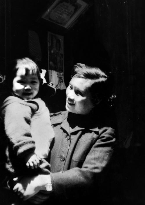 上世纪50年代末,孔另境所拍夫人和女儿孔明珠合影图片