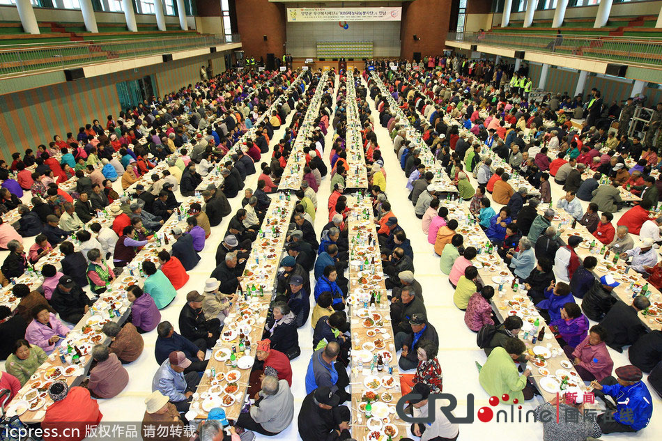 韩国1500名老人参加敬老宴 共进午餐(高清组图)