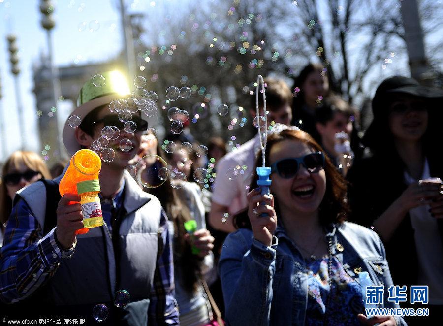 莫斯科举办肥皂泡节 色彩缤纷迎春天