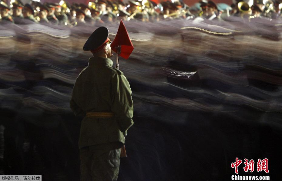 俄罗斯举行胜利日阅兵夜间彩排(高清组图)