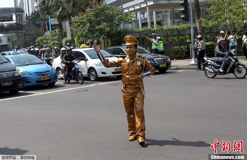 """印尼""""镀金交警""""街头宣传交通安全(高清组图)"""