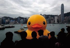 世界最大橡皮鸭在香港破损漏气