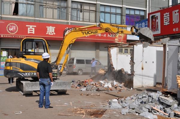 丰惠镇一上午拆违2000多平方米