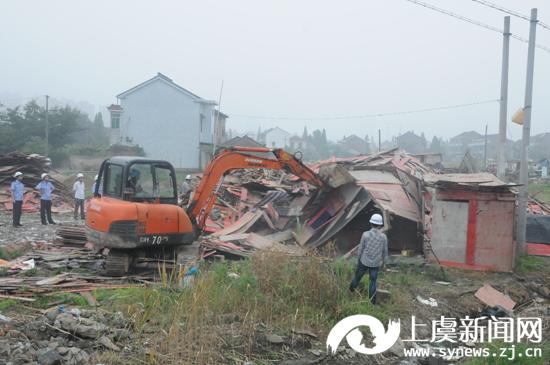 拆违在行动――百官街道强制拆除近2500�O违章建筑