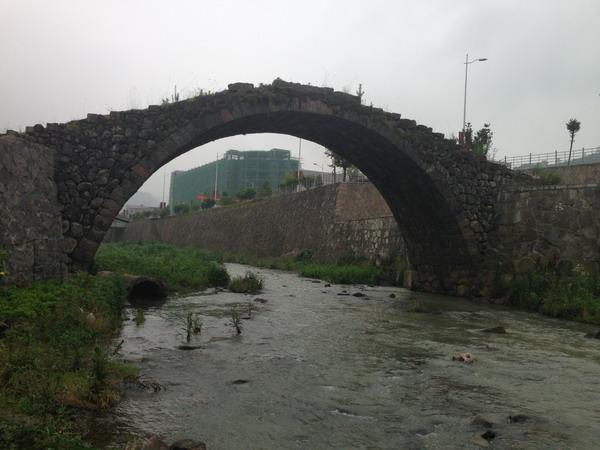 古老的石拱桥-家家户户住新楼