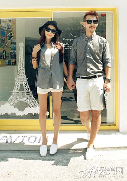 搭配tips:灰色衬衫+白色休闲裤