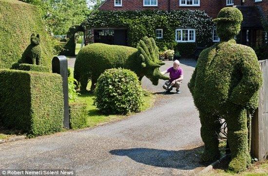 """退休老人爱上园艺 自家门前打造""""动物园"""""""