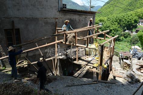兰巨乡炉岙村拆除影响村容村貌的破旧建筑