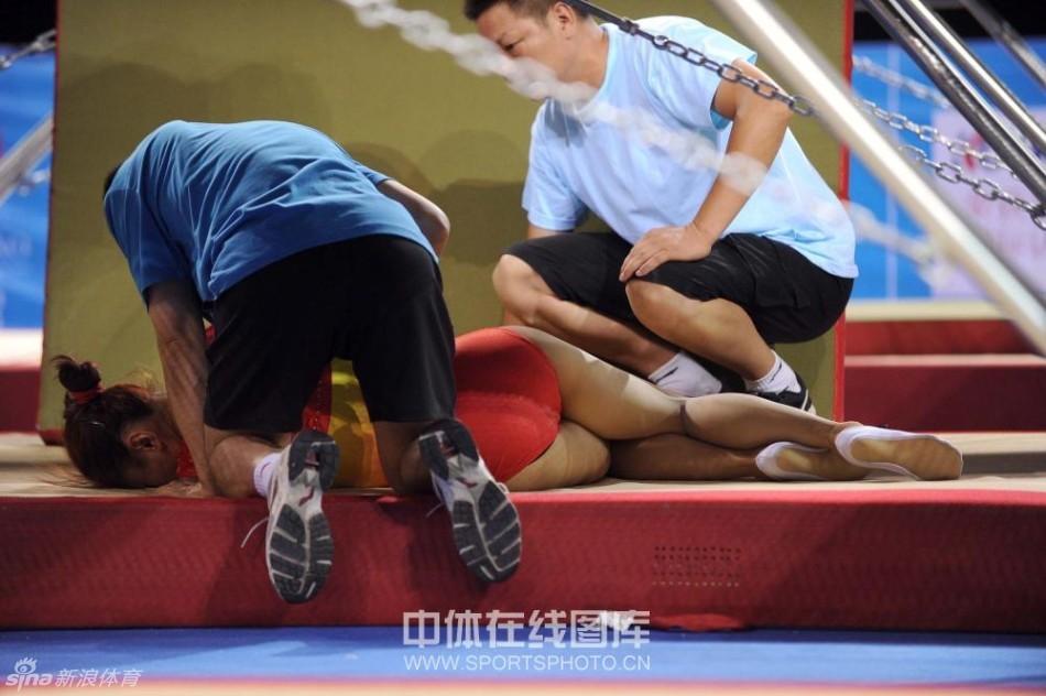 全国蹦床冠军赛何雯娜失误掉下器械 冠军赛|团
