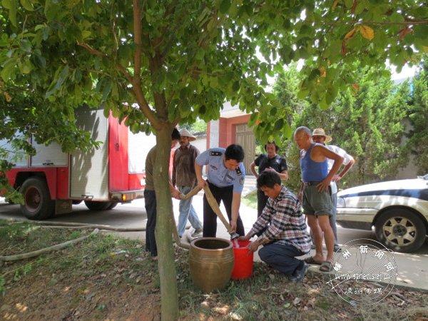 水井枯竭 民警送水到村民家