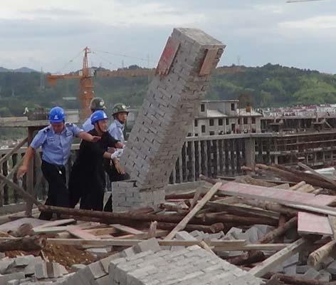 """""""三改一拆""""办组织人员对违建进行强制拆除"""