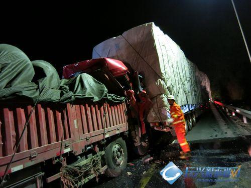 长深高速长兴段两车追尾 消防成功救出两人