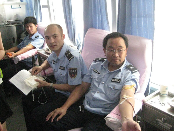 挽袖献血 城管献爱