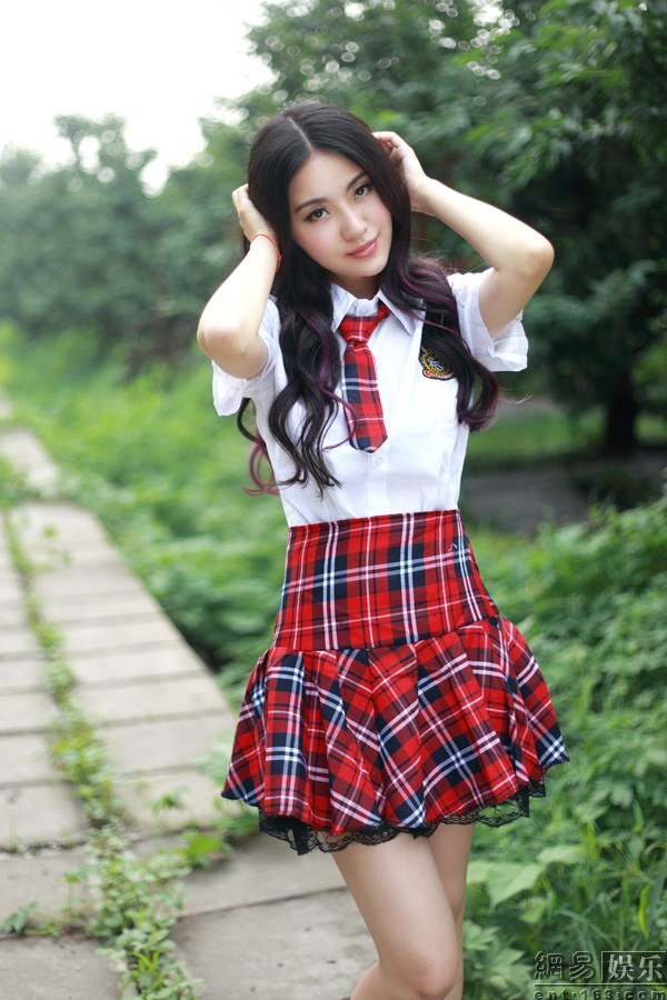 吕艺瓷制服写真