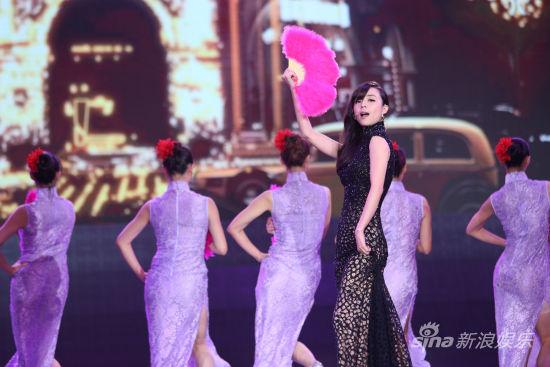 张静初电影节现场演绎经典老歌-金鸡奖张静初三展歌喉 忆光影百年