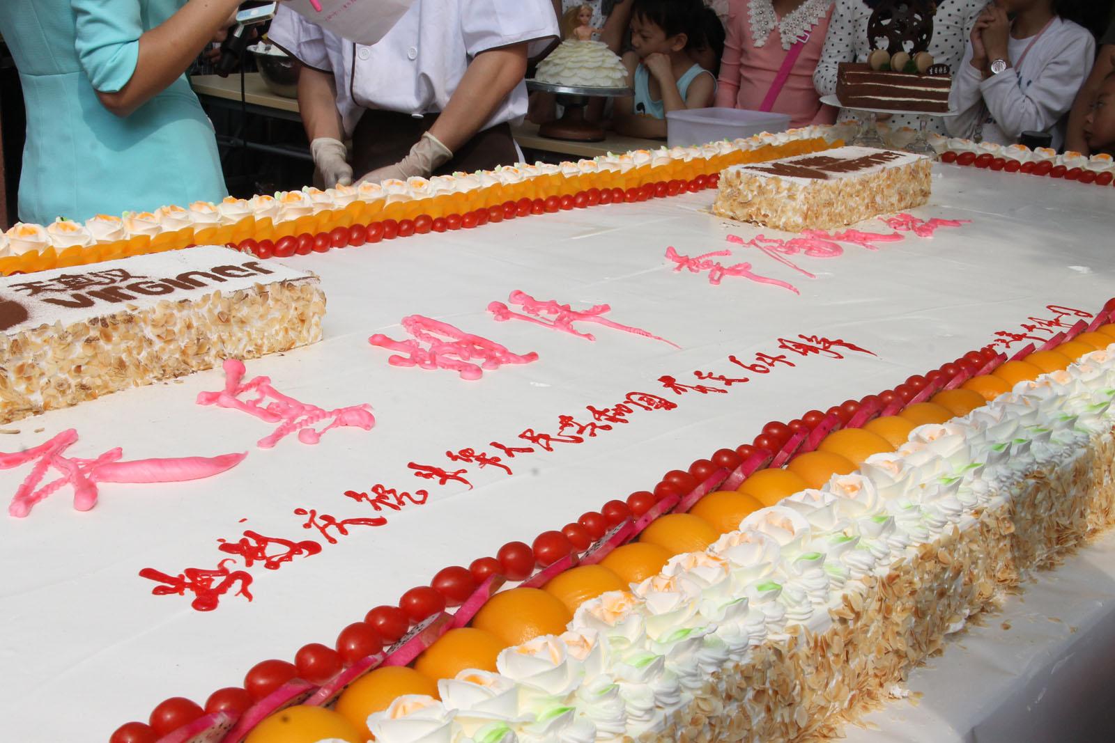 """巨型蛋糕庆""""十一"""""""