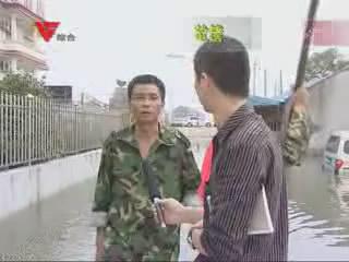 """[10月13日] 大水淹村 村干部当""""船夫"""""""