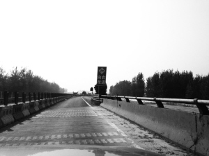 目前,京港澳高速石安段南北方向各只有一条车道,在改道的衔接地