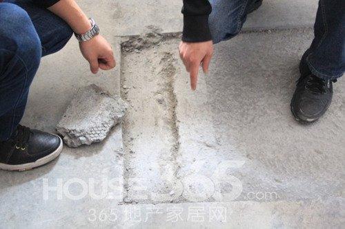 小蒋家中被开发商简单处理后的贯穿性裂缝(365地产家居网 摄)