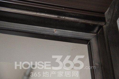 被螺钉固定的密封条(365地产家居网 摄)