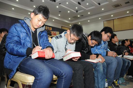 拉拉队在台下书写汉字