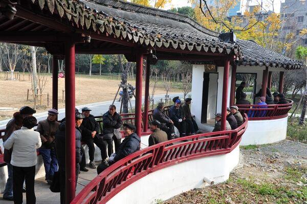 """公园""""聊天角"""" 最美""""夕阳红"""""""
