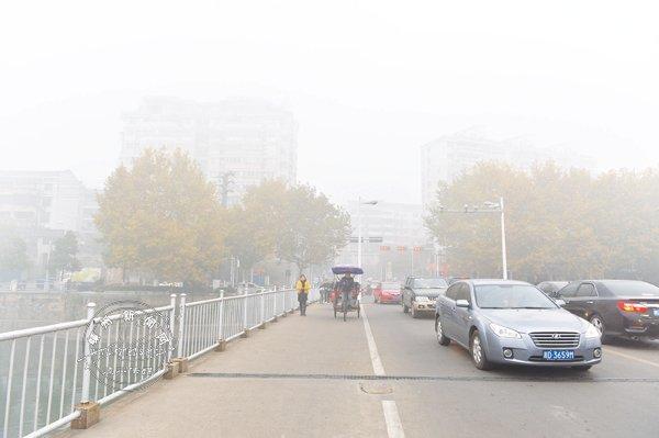 雾霾天外出时最好能戴上口罩