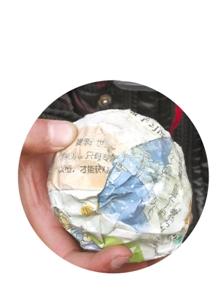 金东利民子弟学校体育用品缺乏 废纸揉团当球